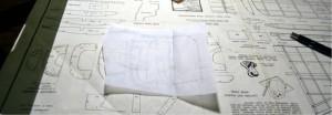 By folding the paper in half is achieved the symmetry of each section. Plegando el papel en el eje se logra la simetría de cada sección.