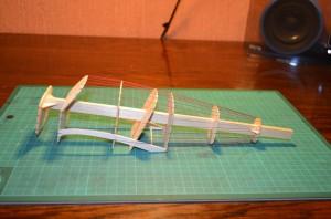 Model with wire as stringers. Maqueta con hilos como largueros.