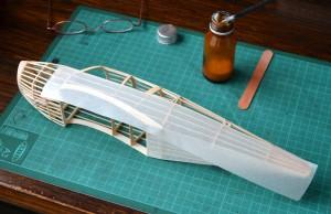 Next I glue paper to the sides. I cut the surplus once the glue dries. A continuación pego el papel de los laterales. Corto el excedente una vez seco el pegamento.