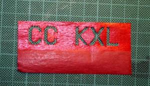 Details of the use of red paper painted with red acrylic paint, prior to cutting and pasting. Detalle del uso de papel rojo pintado con pintura acrílica roja, previo al cortado y pegado.